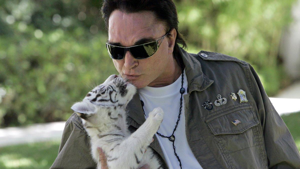 ARCHIV - Roy Horn, Illusionist von Siegfried & Roy, kuesst am 12. Juni 2008 ein Tiger...