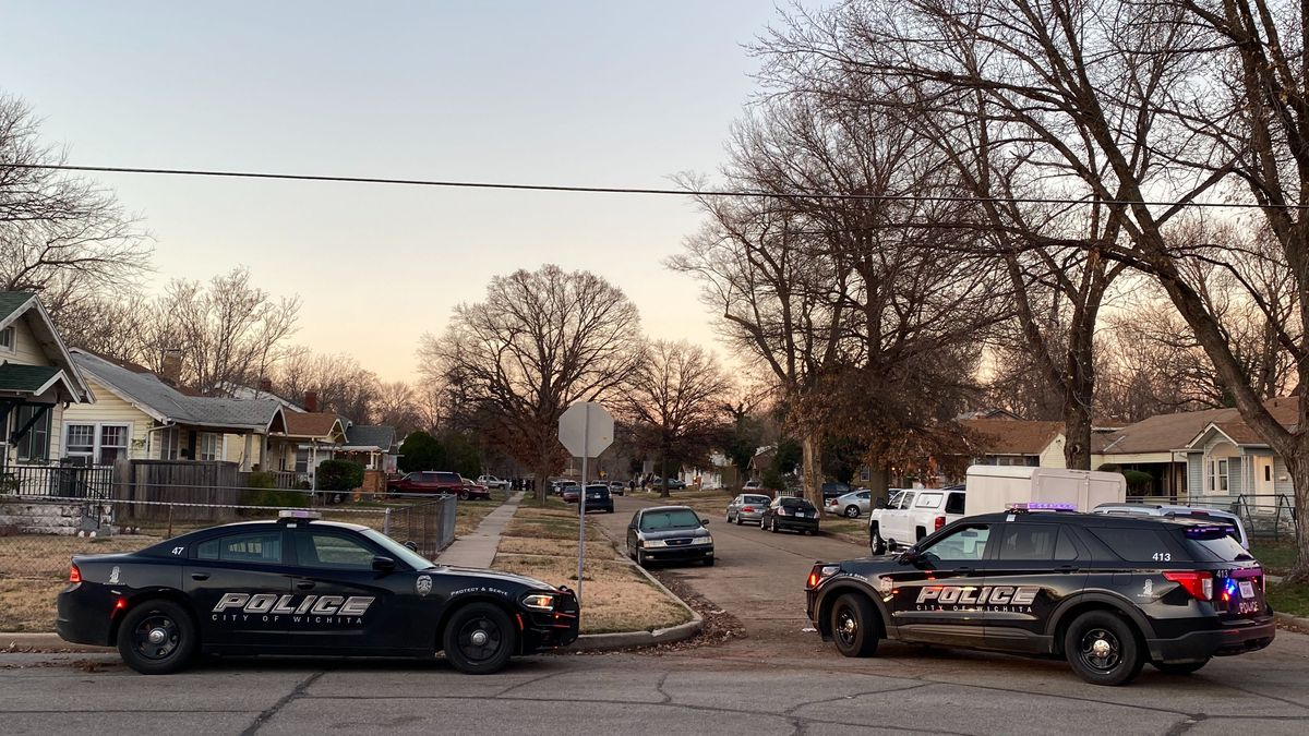 Police are responding to a shooting in the 600 block of North Estelle.